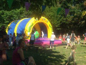 Structure gonflable très populaire, la chenille sous arche. Les enfants adorent ce jeu gonflable.