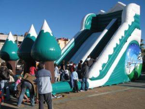 Un toboggan gonflable créé toujours une animation exceptionnelle dans une ville, dans un parc de loisir. C'est un jeu géant.