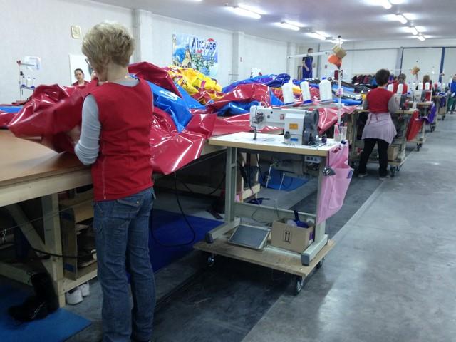 L'atelier de fabrication de jeux gonflables par des travailleurs européens.