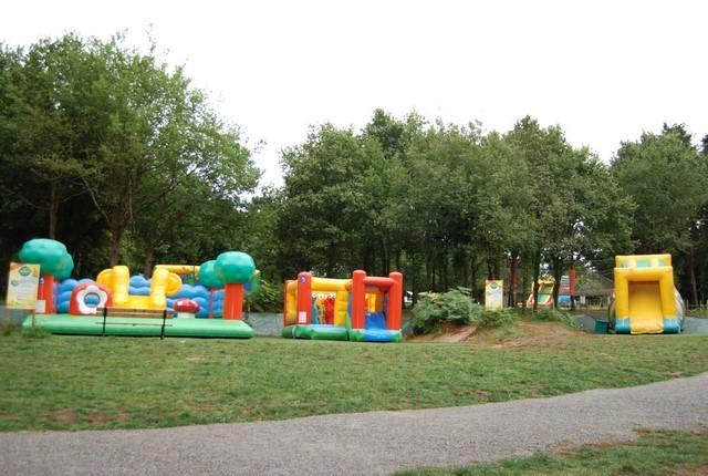 Les structures gonflables permettent de créer de grandes aires de jeu extérieures dans les parcs de loisir.