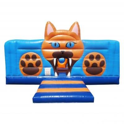 Matelas de jeux gonflables avec obstacles, décoré avec un chat en façade, occasion en bon état avec matelas, obstacles et filets refaits à neuf.