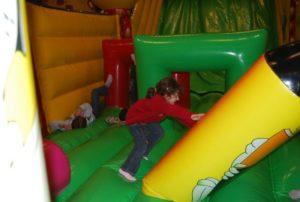 Les enfants adorent chahuter avec les obstacles de jeu qui sont implantés sur les matelas d'obstacles.