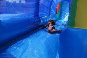 Glissade en maillot de bain sur un toboggan gonflable aquatique à piste