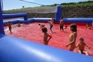 Les enfants en pleine animation sur un jeu gonflable aquatique.
