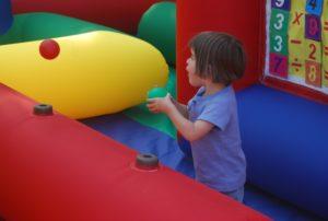 La magie des jeux gonflables sur les jeunes enfants est touchantes. Des balles qui flottent en suspension c'est tellement magique.
