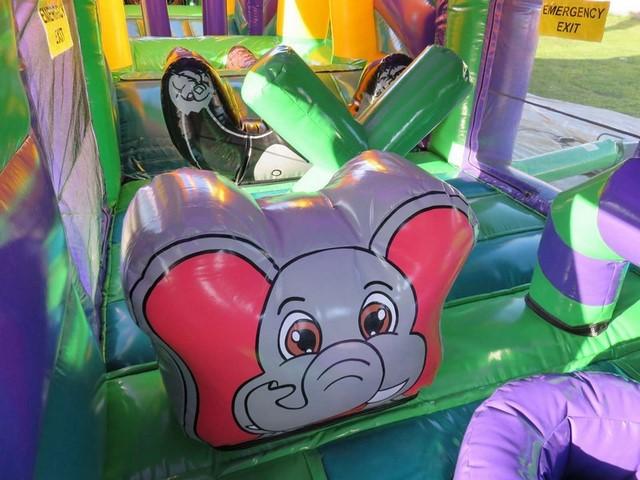 Obstacles de jeu décorés jungle sur le parcours gonflables méga jungle. L'obstacle de jeu éléphant attire les enfants qui vont avoir envie de monter sur son dos.