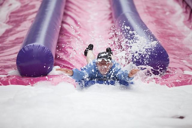 Le ventr'y gliss est un jeu gonflable aquatique délirant pour les enfants comme pour les adultes.
