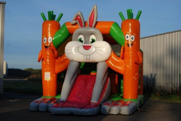 structure gonflable combo lapin avec toboggan gonflable frontal.