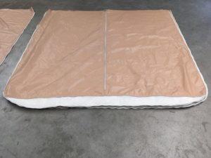 Réparation en couture industrielle des portes en bâches PVC des bungalow toilés dans les campings.