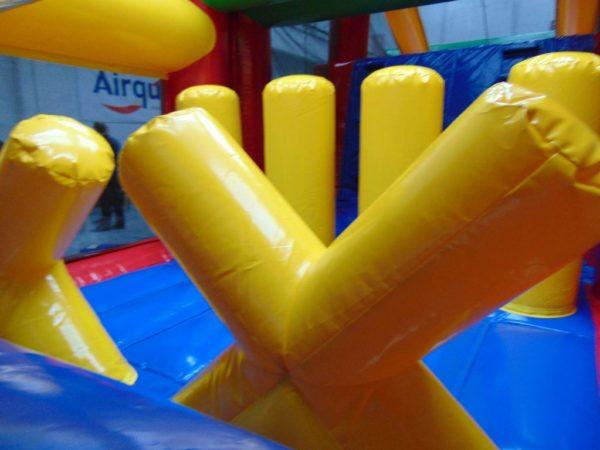 Sur le matelas gonflable du parcours gonflable standard on trouve un obstacle de jeu en forme de croix.