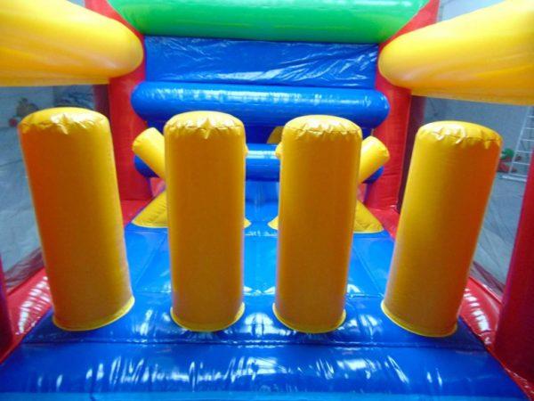 Le parcours gonflable standard compte 4 obstacles cylindriques sur son matelas de jeu.