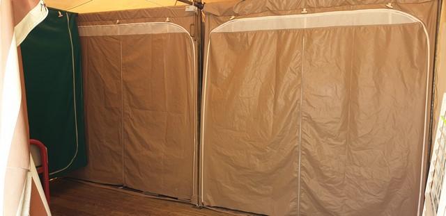 Porte en bâche PVC sur un bungalow toilé réparé par Lukylud en couture industrielle