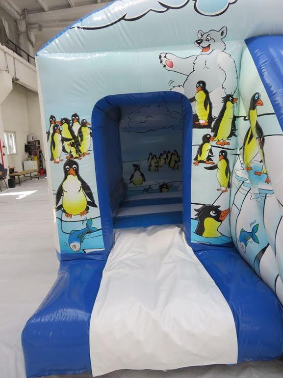 L'entrée à la maison toboggan gonflable est décoré et donne envie d'accéder à l'intérieur du jeu.