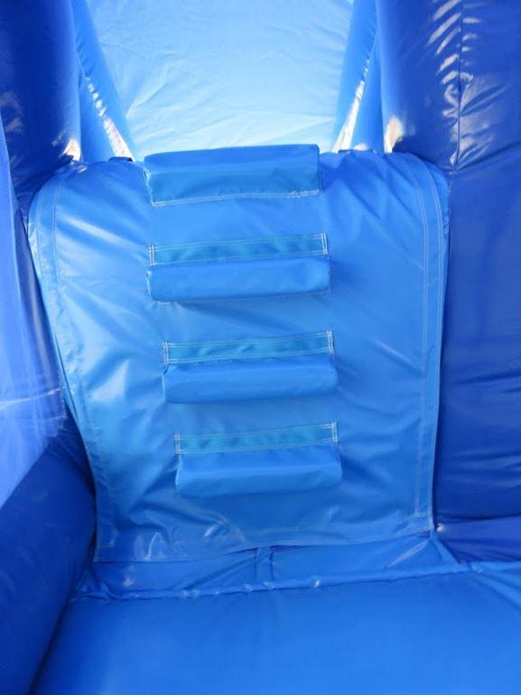 Une bâche de grimpe permet d'accéder à la plateforme du toboggan gonflable