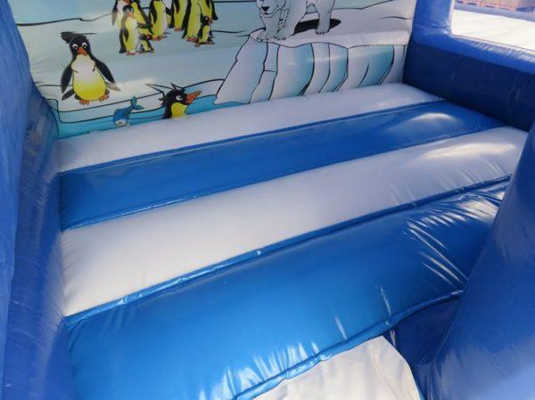 Le matelas gonflable de la maison toboggan polaire est relativement grand.