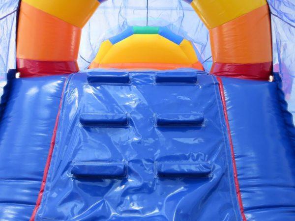 la parcours gonflable arc en ciel en 1 partie mesure 15 ma de long et propose de très nombreux obstacles de jeu. et un toboggan avec grimpette.