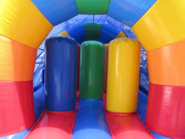 la parcours gonflable arc en ciel en 1 partie mesure 15 ma de long et propose de très nombreux obstacles de jeu aux formes cylindriques