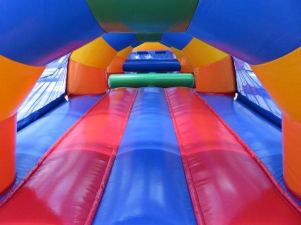 la parcours gonflable arc en ciel en 1 partie mesure 15 ma de long et propose de très nombreux obstacles de jeu horizontaux.