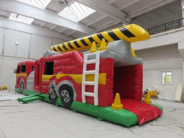 Le camion de pompiers est un très joli parcours gonflable avec de très nombreux obstacles de jeu sur le thème des pompiers et un toboggan gonflable.