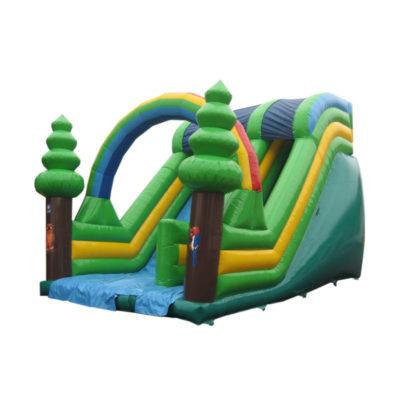 Toboggan gonflable nature fabriqué avec des bâches PVC vertes principalement. Jolie décoration avec des arbres et un arc en ciel