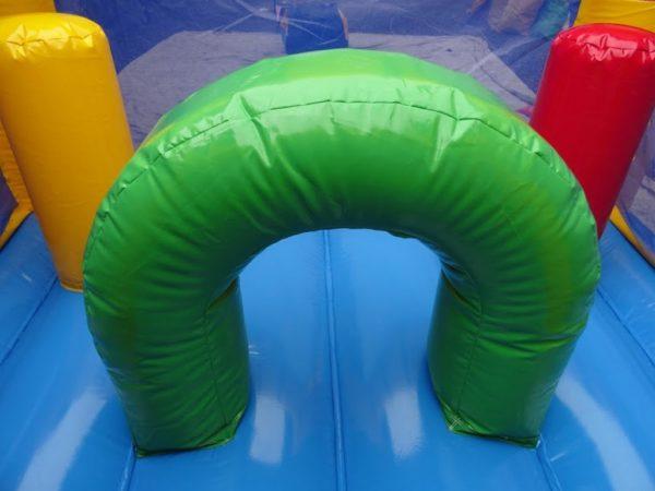 Château gonflable Aladin avec obstacles de jeux à l'intérieur.
