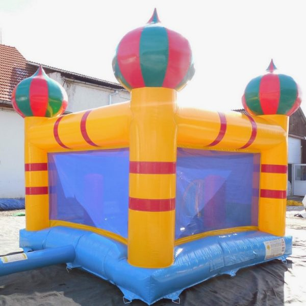 château gonflable avec une jolie décoration Aladin.