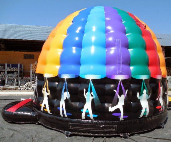 Château gonflable disco décoré piste de dance.