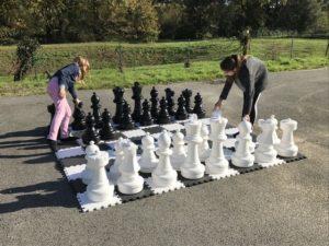 Jeux de société géants avec échecs géants.