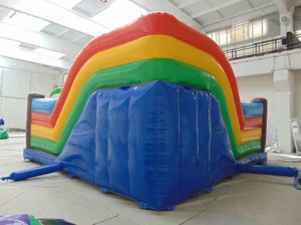 Attraction gonflable L-center pirates avec un grand mur arrière gonflable.