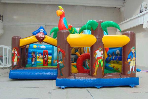 Attraction gonflable L-center pirates décoré.