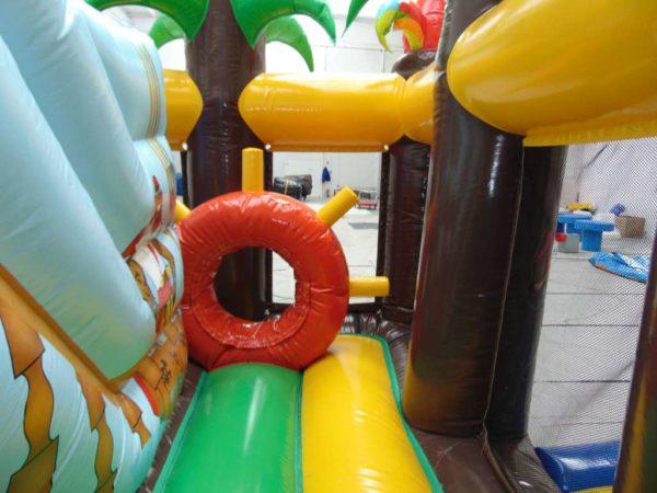 Attraction gonflable L-center pirate avec obstacle de jeu en forme de roue.