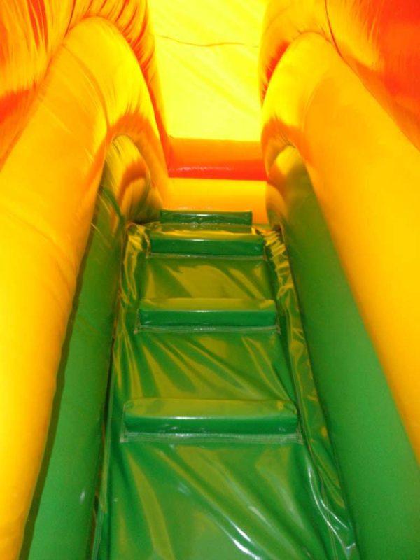 Attraction gonflable L-center pirates avec grimpette d'accès au toboggan.
