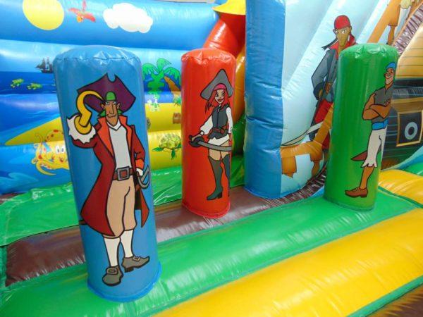 Attraction gonflable L-center pirates avec des jeux.