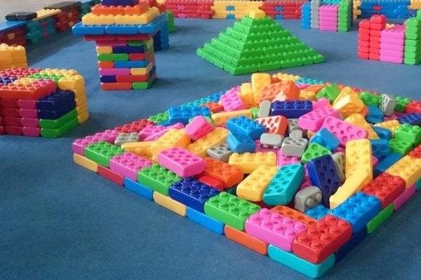 Blocs de construction géants colorés pour aires de jeux.