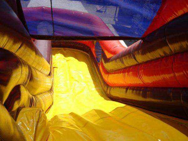 Le combo bateau toboggan gonflable offre une grande glissade aux enfants.