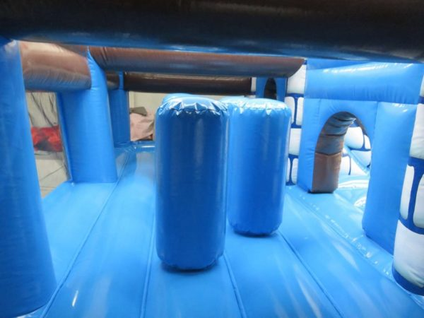 Complexe gonflable château fort avec obstacles de jeux