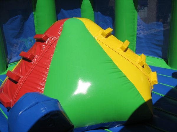 Complexe gonflable trimod avec obstacles de jeu sur le matelas gonflable.