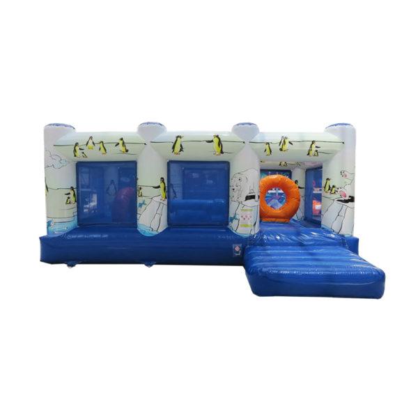 Multi play gonflable polaire avec des obstacles de jeux.