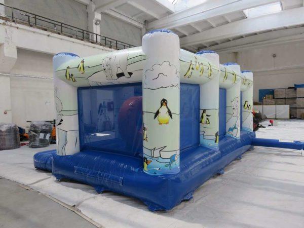 Multi play gonflable polaire avec des murs en filets.