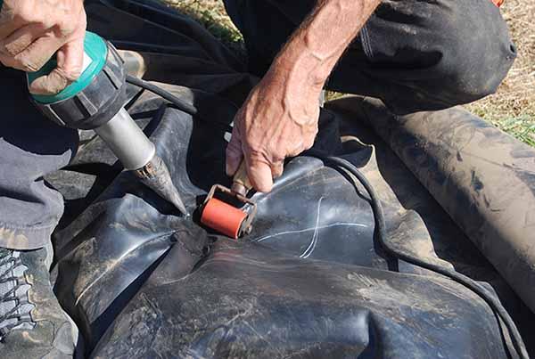 Réparation en soudure d'un trou sur une structure gonflable.