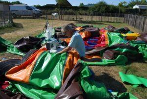 Réparation structures gonflables sur site chez un camping.