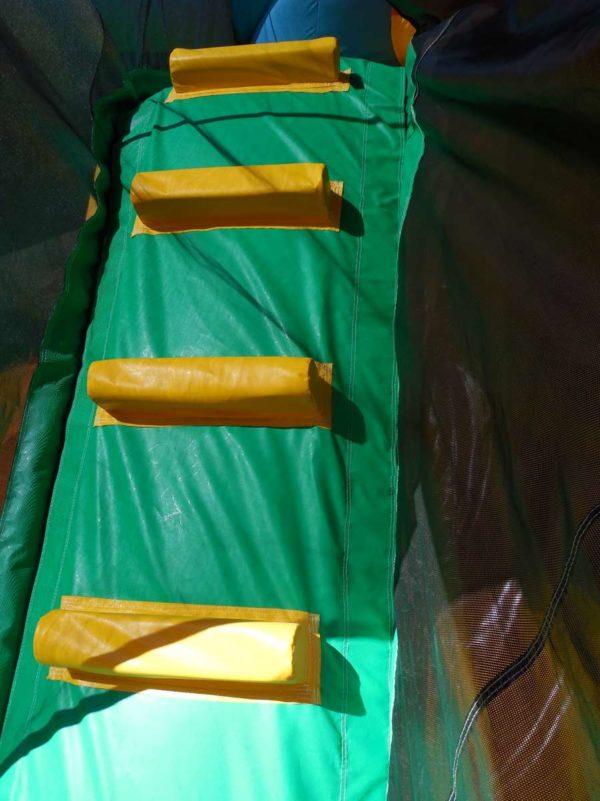 Structure gonflable combo papillon avec une grimpette pour accéder à la plateforme du toboggan.