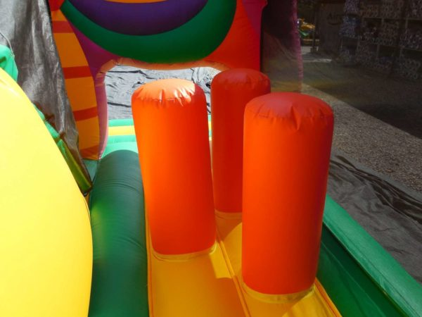 Structure gonflable combo papillon avec trois obstacles de jeux.