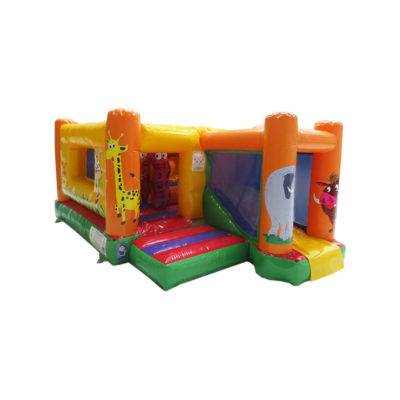Structure gonflable jungle fun multiplay avec obstacles de jeux et toboggan gonflable.