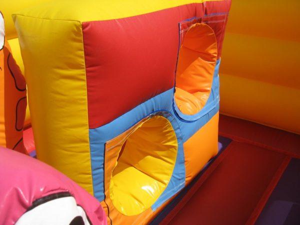 Structure gonflable jungle fun avec des obstacles de jeux ludiques.
