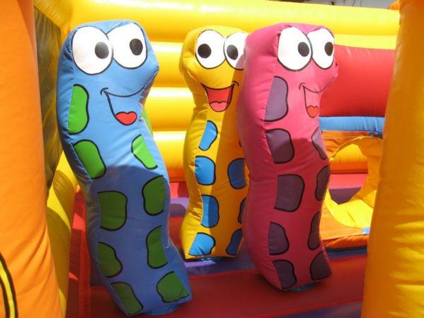 Structure gonflable jungle fun avec des obstacles de jeux en forme de serpents.