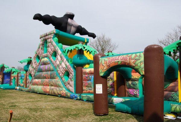 Parcours gonflable attaque du gorille avec décoration