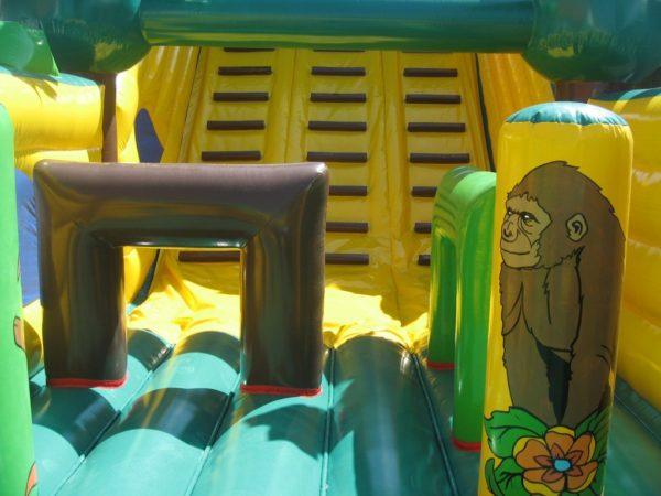 Parcours gonflable attaque du gorille avec grimpette
