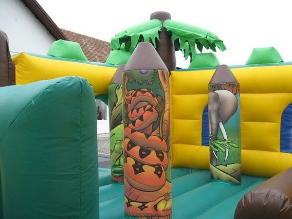 Parcours gonflable attaque du gorille avec jeux