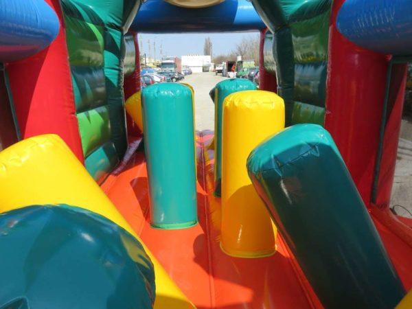 Parcours gonflable dino avec des jeux